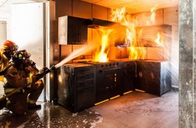 Чем тушить горящее масло и жир?